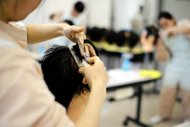 ผู้ต้องขังฝึกการตัดผมในเรือนจำจังหวัดโทชิงิ ภาพโดย Seiya Matsumura