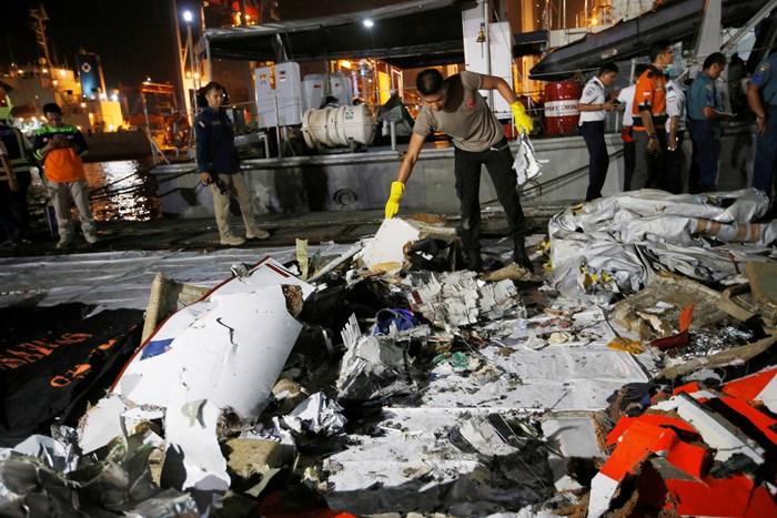 ภาพและคลิป: หวั่นโบอิ้ง'ไลอ้อนแอร์'ดิ่งทะเลชวาดับยกลำ 189 ศพ  ทีมกู้ภัยพบชิ้นส่วนร่างกาย-ซากเครื่องบิน