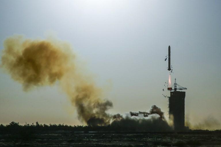 จรวดลองมาร์ช-2ซี ทะยานขึ้นจากฐานปล่อยในศูนย์ปล่อยดาวเทียมจิวฉวน เพื่อนำส่งดาวเทียมซีเอฟโอแซท สำรวจอันตรายจากปรากฏการณ์ทางทะเลที่เกิดจากการเปลี่ยนแปลงภูมิอากาศ  (STR / AFP)
