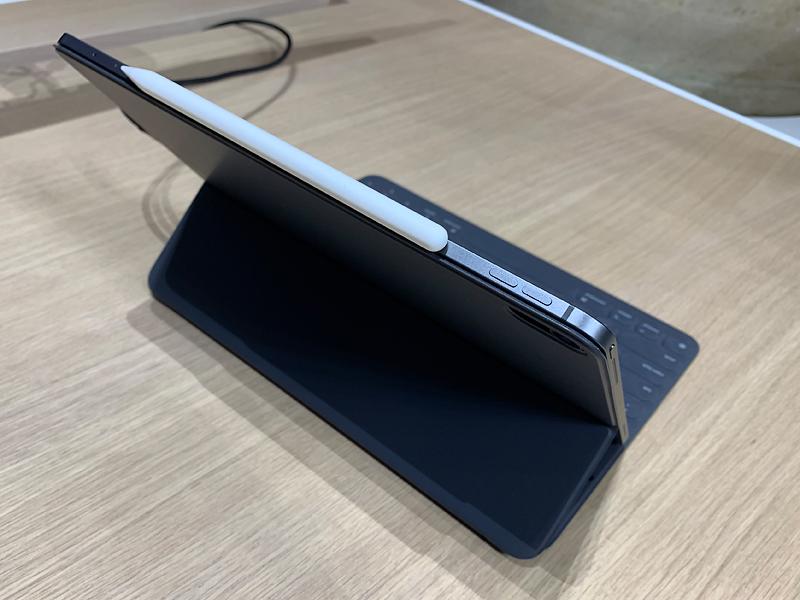 ปุ่มเพิ่ม-ลดเสียง และบริเวณที่เก็บปากกา Apple Pencil 2 ใน iPad Pro 2018