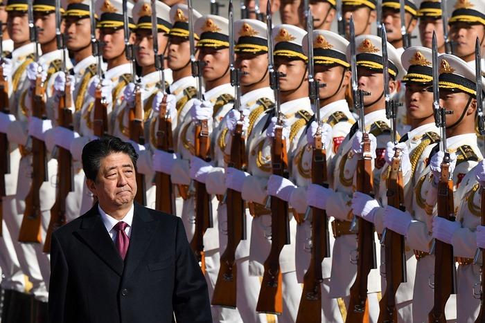 <i>นายกรัฐมนตรีชินโซ อาเบะ ของญี่ปุ่น ตรวจแถวทหารกองเกียรติยศ ในพิธีต้อนรับซึ่งฝ่ายจีนจัดขึ้นที่บริเวณด้านนอกของมหาศาลาประชาชน ในกรุงปักกิ่ง เมื่อวันศุกร์ที่ 26 ต.ค. </i>