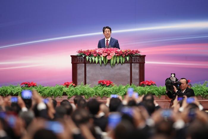 <i>นายกรัฐมนตรีชินโซ อาเบะ ของญี่ปุ่น กล่าวปราศรัยต่อเวทีประชุมความร่วมมือในตลาดฝ่ายที่สามระหว่างจีน-ญี่ปุ่น ครั้งที่ 1 ซึ่งจัดขึ้นที่มหาศาลาประชาชน ในกรุงปักกิ่ง วันศุกร์ที่ 26 ต.ค. </i>