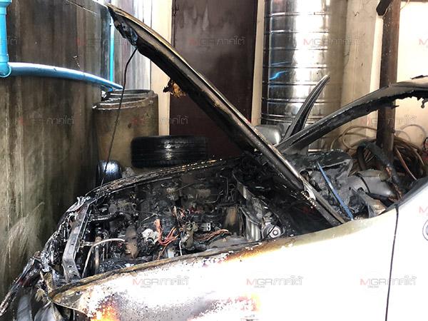 เกิดเหตุไฟไหม้รถเก๋งเสียหายยับเกือบทั้งคัน คาดเกิดจากไฟฟ้าลัดวงจร