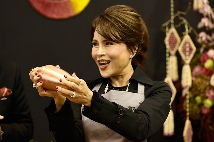 ทูลกระหม่อมฯ ทรงปรุง 'ค็อกเทลรสลาบ' โปรโมตการท่องเที่ยวไทยตามแนวคิด Eat Thai, Visit Thai ที่ลอนดอน