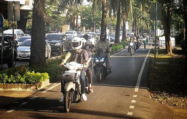 แฉ! ภาพจักรยานยนต์บุกฟุตปาธ หนุ่มรักสุขภาพเซ็ง ต้องวิ่งหลบแก๊ง 2 ล้อ