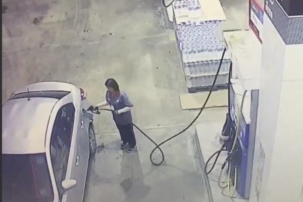 สาวแสบ! เติมน้ำมันรถเต็มถัง ขับรถหนี ไม่ยอมจ่ายเงิน เจ้าของปั้มไล่ตามแต่ไม่ทัน