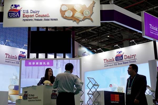 ห้องแสดงนิทรรศการของสภาส่งออกผลิตภัณฑ์นมแห่งสหรัฐฯ (U.S. Dairy Export Council) ใน CIIE ครั้งแรก ที่เซี่ยงไฮ้ ซึ่งจัดขึ้นระหว่างวันที่ 5-10 พ.ย. 2018    (ภาพ รอยเตอร์ส)