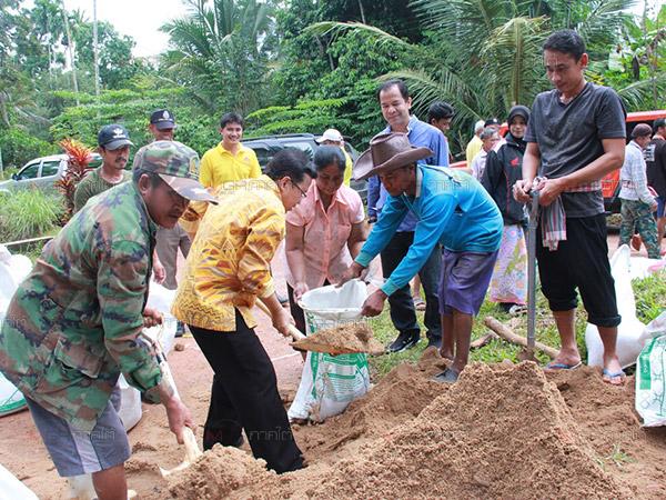 ชาวบ้านริมเขาบรรทัดบรรจุกระสอบทรายเตรียมพร้อมรับมือน้ำท่วม