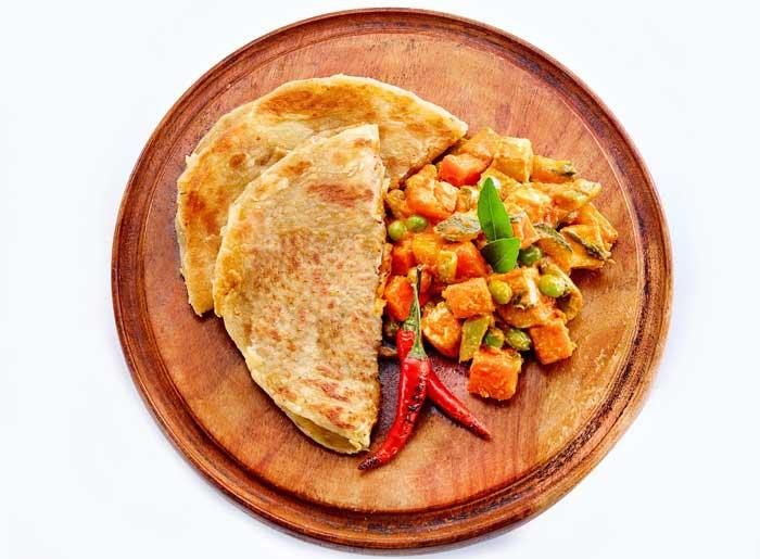 แกงกะหรี่ผักสไตล์อินเดียกับแป้งโรตี