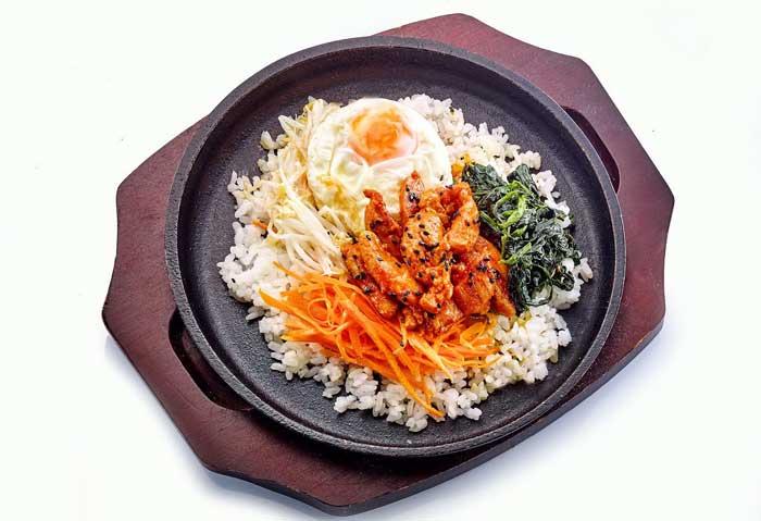 ข้าวไก่ราดซอสเผ็ดสไตล์เกาหลี