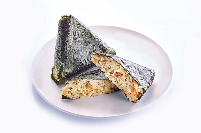 ข้าวอบทรงเครื่องห่อสาหร่ายสไตล์ญี่ปุ่น