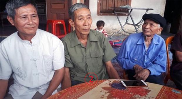 ลุงๆเพื่อนร่วมรุ่นในหมู่บ้านหลายคน ได้แวะเวียนไปเยี่ยมเยือนถามข่าวคราวลุงบี่ง ที่ครั้งหนึ่งกองทัพประชาชนได้ประกาศให้เป็น วีรชน ไปแล้ว. Courtesy Báo Dân trí Online.