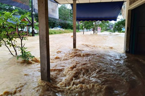 น้ำท่วมชุมพรตาย 1 ราย สูญหาย 1 ราย สถานการณ์ยังไม่คลี่คลาย