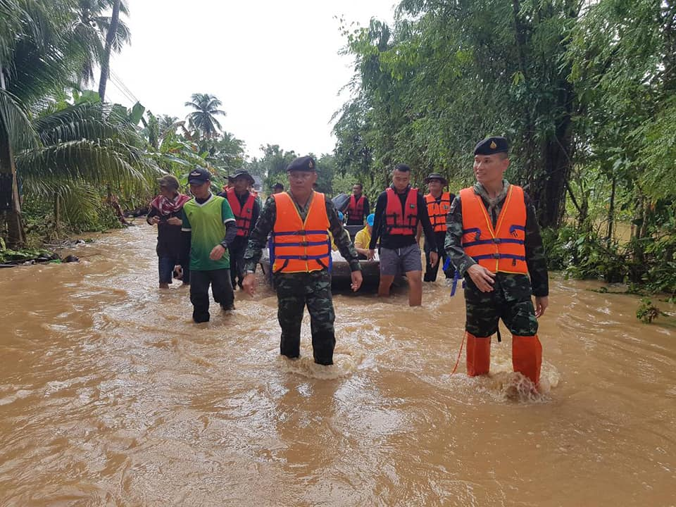 """""""ประวิตร"""" สั่งกองทัพและฝ่ายปกครอง เร่งช่วยประสบภัยน้ำท่วมใต้"""