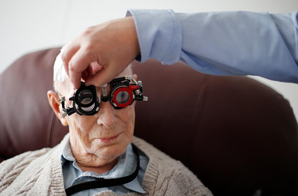"""นักกอล์ฟ...อย่าละเลย สุขภาพ """"ตา"""" / พลโทนายแพทย์ สมศักดิ์ เถกิงเกียรติ"""