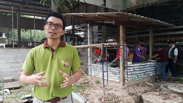 สุดยอด !หมอน่านสลัดเสื้อกราวนำชาวบ้านใช้ขวดพลาสติกแทนก้อนอิฐสร้างห้องน้ำ