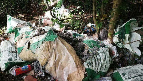 นักท่องเที่ยวโวยลอบทิ้งวัสดุก่อสร้างใกล้ชายหาดที่กระบี่ทำเสียบรรยากาศท่องเที่ยว