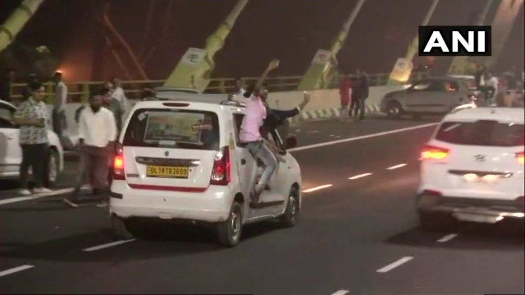 อินเดียวอนนักท่องเที่ยวอย่าถ่ายเซลฟีเสี่ยงตายบนสะพานเปิดใหม่