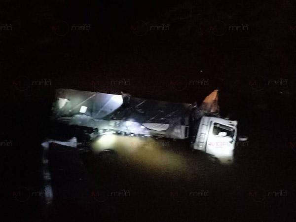 รถบรรทุกแร่เสียหลักชนแท่งปูนก่อนตกลงในลำคลอง เหตุคนขับหลับใน