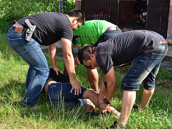 วิ่งสู้ฟัด! ตำรวจพัทลุงไล่จับนักค้ายาเสพติดกลางถนนหลังแอบนัดส่งยาบ้าให้ลูกค้า