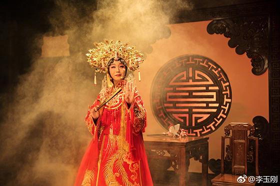 หลี่ อี้ว์กัง ในชุดอุปรากรจีน