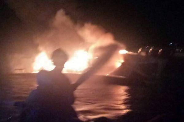 ระทึก! ไฟไหม้วอดเรือยอชท์หรู จอดกลางทะเลหาดป่าตอง