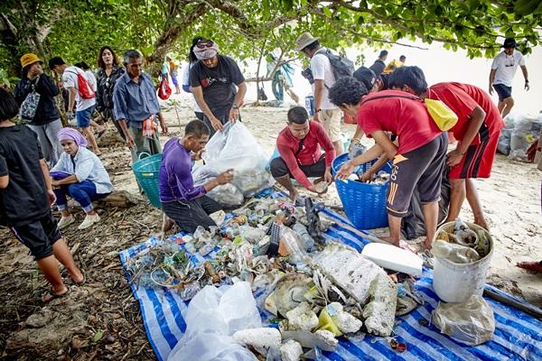 """โคคา-โคลา ตอกย้ำ World Without Waste ในปี 2573 พัฒนาบรรจุภัณฑ์นำกลับมาใช้ใหม่ 100%  จัดทริป """"มาหาสมุทร"""" เติมแรงบันดาลใจคนรุ่นใหม่ """"จัดการขยะ"""""""