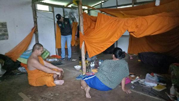 จับสึกพระเช่าบ้านกกสีกา ตระเวนบิณฑบาตตามตลาดในชุมชน