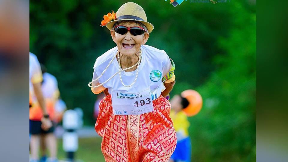 """นักวิ่งยก """"คุณยาย"""" วัย 80 ปี ร่วมงานวิ่งต้ายภันมะเร็งกว่า 5 ก.ม. เป็นแรงบันดาลใจ"""