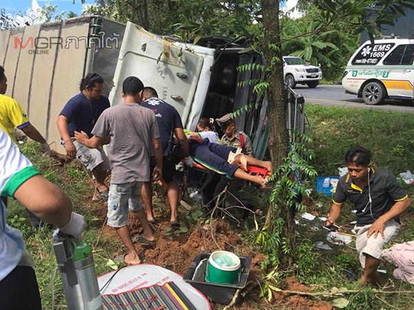 คาดหลับใน รถ 10 ล้อบรรทุกปุ๋ยเสียหลักตกร่องกลางถนนพัทลุง เร่งช่วยคนขับติดในรถ