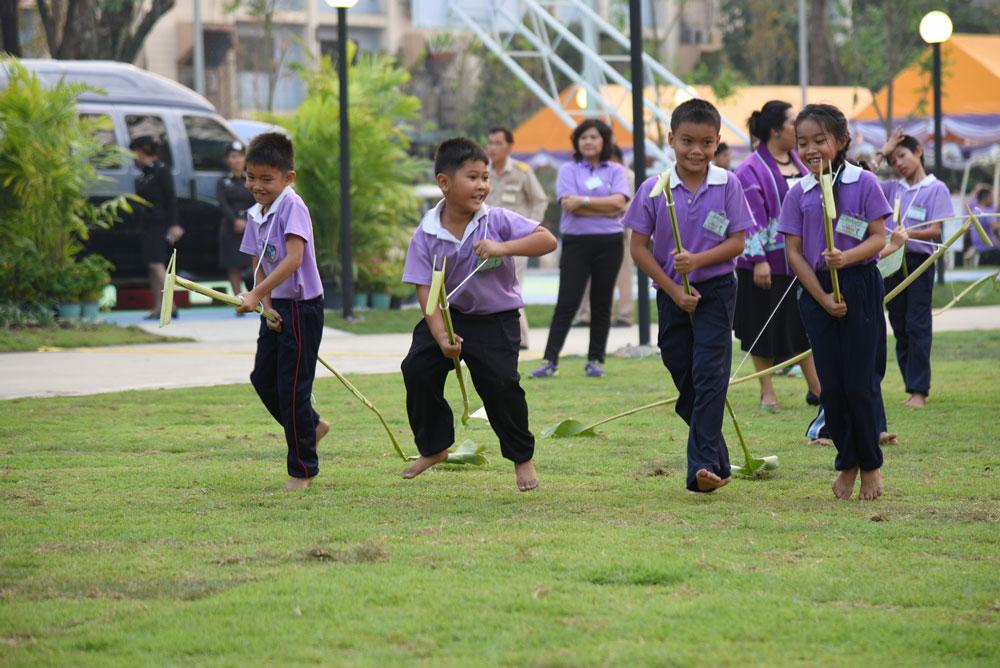 ผลการค้นหารูปภาพสำหรับ รูปเด็กเล่นประเพณีไทย