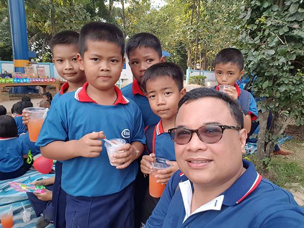 จิตอาสาชาวเอสโซ่ ร่วมก้นสร้างสนามเด็กเล่นเพื่อการเรียนรู้ให้กับ รร.มิตรสัมพันธ์  ศรีสำโรง จ.สุโขทัย