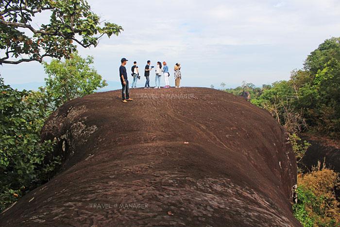 ยืนชมวิวบนหินหัวช้าง