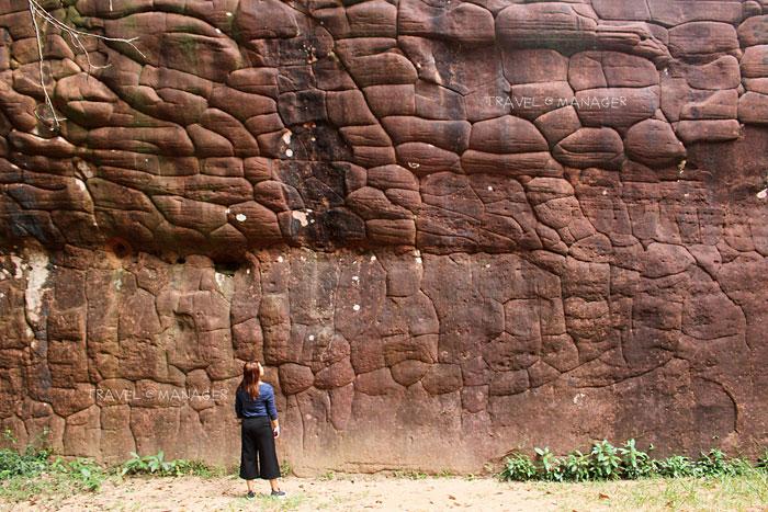กำแพงหินภูสิงห์สูงใหญ่