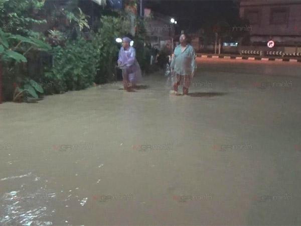 เทศบาลนครตรังฝนถล่มหนักเกิดน้ำท่วมขังหลายจุด