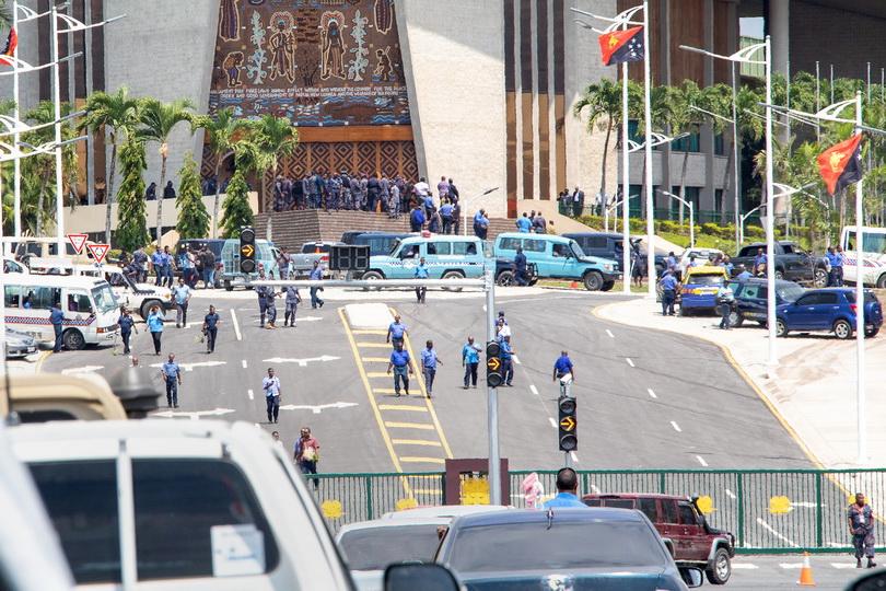 ตำรวจ-ทหารปาปัวฯบุกรัฐสภาทวง 'เงินโบนัส' ช่วงประชุมเอเปก