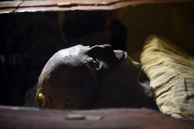 มัมมี่ของธูยาที่จัดแสดงภายในพิพิธภัณฑ์อียิปต์ระหว่างการฉลอง 116 ปีของพิพิธภัณฑ์ (Khaled DESOUKI / AFP)