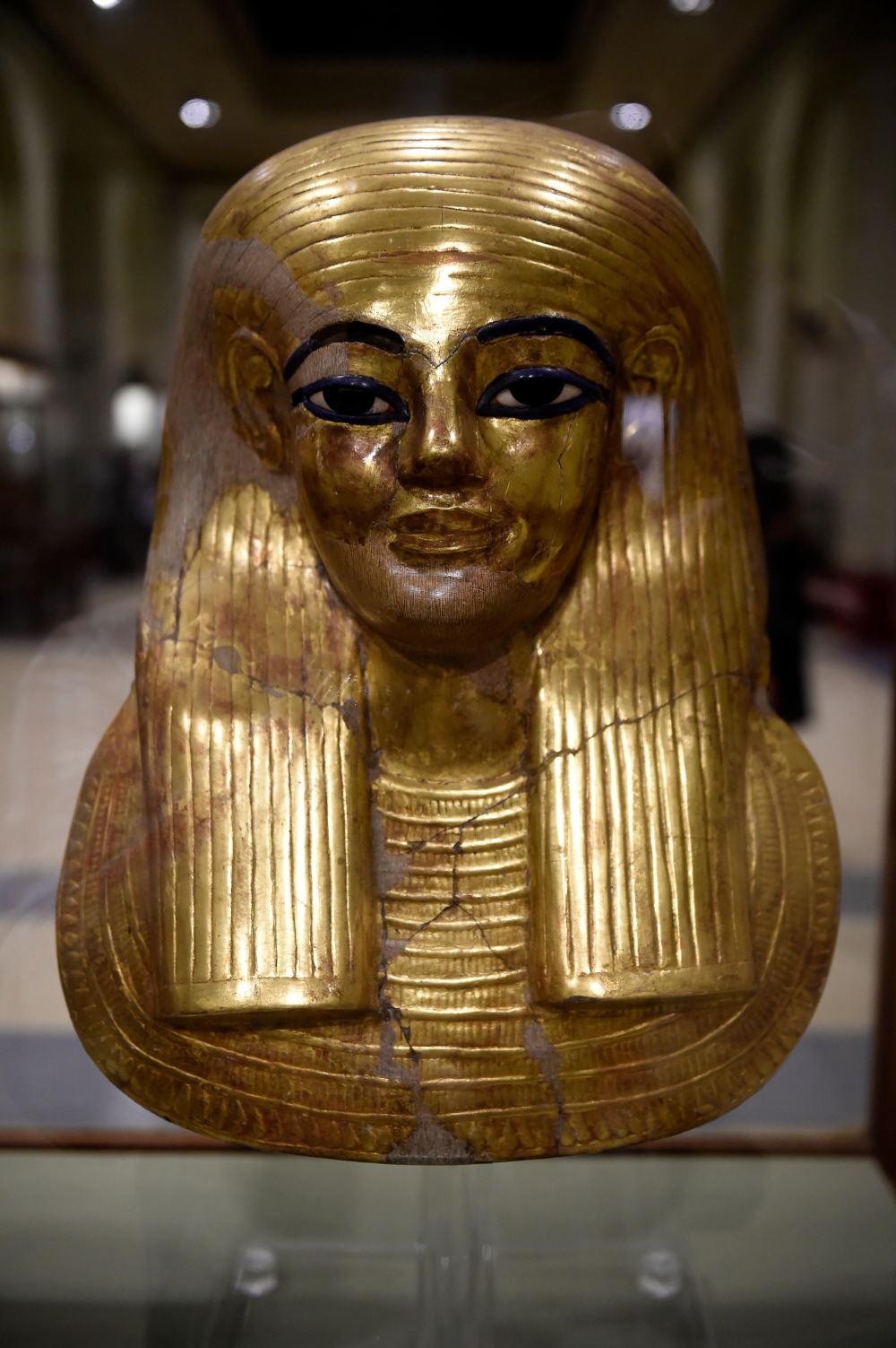 หน้ากากกระดาษชุบทองของยูยา ที่จัดแสดงในพิพิธภัณฑ์อียิปต์ ระหว่างการฉลอง 116 ปี ของพิพิธภัณฑ์อียิปต์ในไคโร (Khaled DESOUKI / AFP)