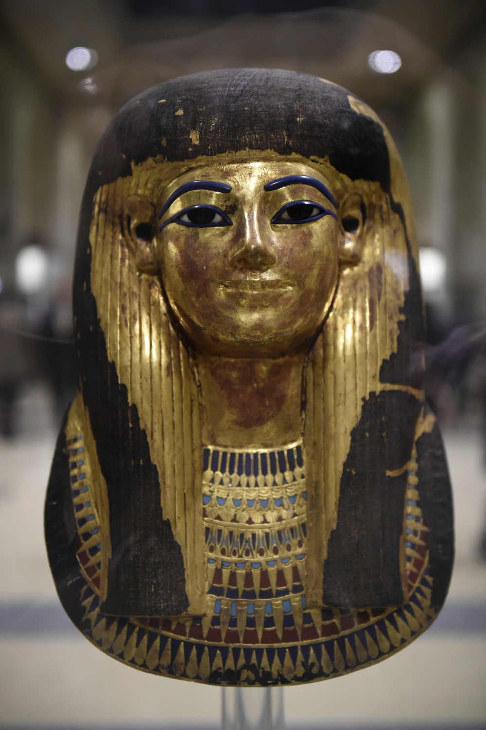 หน้ากากกระดาษชุบทองของธูยา ที่จัดแสดงในพิพิธภัณฑ์อียิปต์ ระหว่างการฉลอง 116 ปี ของพิพิธภัณฑ์อียิปต์ในไคโร (Khaled DESOUKI / AFP)