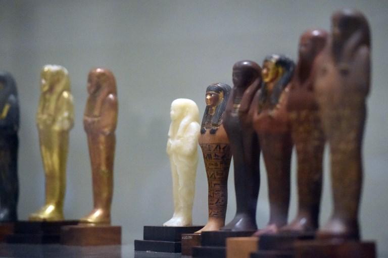 หุ่นจำลองของยูยาและธูยาที่จัดแสดงภายในพิพิธภัณฑ์อียิปต์ระหว่างการฉลอง 116 ปีของพิพิธภัณฑ์ (Khaled DESOUKI / AFP)