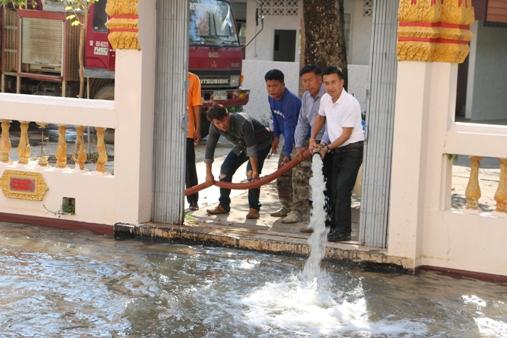 หนึ่งเดียวในไทย..ทำมากว่า 20 ปี!ชาวสากเหล็ก เร่งเติมน้ำเตรียมลอยกระทงรอบโบสถ์พรุ่งนี้