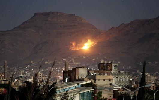 """In Clips : เรียกร้องหยุดยิงล้ม!! เครื่องบินรบพันธมิตรริยาดโจมตีฐานที่มั่น """"กบฎฮูตี"""" ใกล้โฮไดดาห์ – NGO ชี้มีเด็กเยเมนต่ำกว่า 5 ขวบร่วม 85,000 รายอดตาย"""