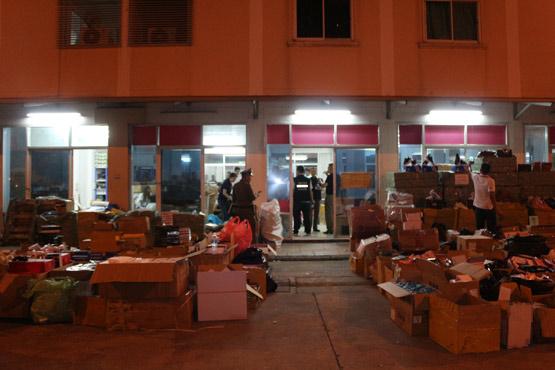 ทลายแก็งชาวจีนยัดเยียดส่งพัสดุเก็บเงินปลายทาง ของกลางกว่า 8 พันชิ้น