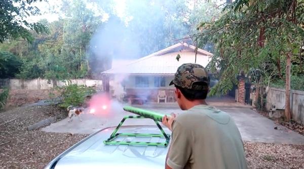 ตำรวจจ่อเอาผิดยูทูบเบอร์ยิงพลุใส่หมา