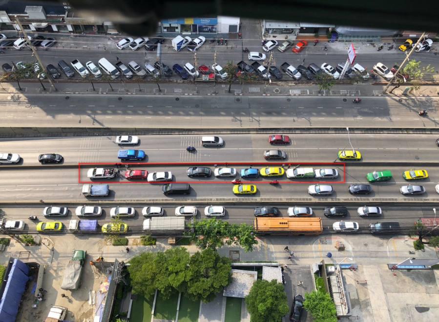 อุบัติเหตุรถชน 9 คัน ทางลงอุโมงค์ห้วยขวาง ส่งผลให้รถติดหนัก