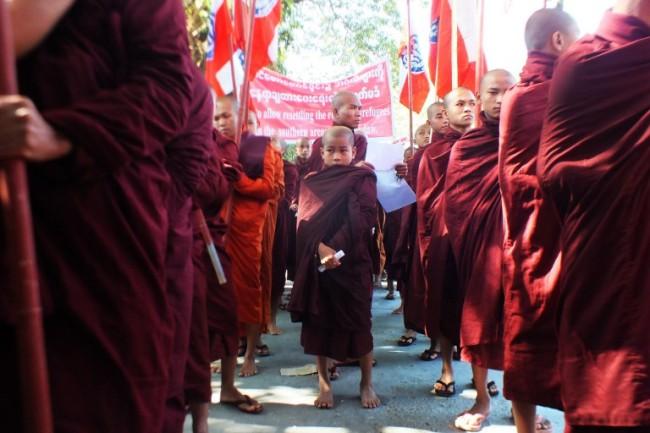 ชาวพม่าในยะไข่ประท้วงต้านโรฮิงญาบอกไม่มีประโยชน์ที่จะรับกลับมา