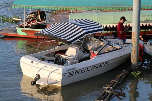 ระทึก! เรือสปีดโบ๊ทจอดเสียอยู่ๆ เครื่องกลับติดพุ่งชนเรือหางนักท่องเที่ยวบาดเจ็บ