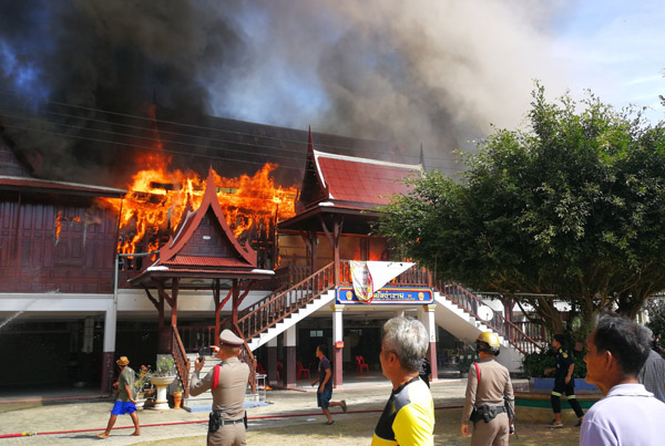 พระเณรหนีตายวุ่น! เพลิงพิโรธเผาวัดดังบุรีรัมย์ ศาลาการเปรียญไม้สักวอด สูญกว่า 10 ล้าน