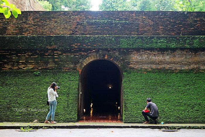 นักท่องเที่ยวถ่ายภาพเก็บความประทับใจด้านหน้าทางเข้าอุโมงค์