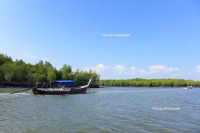 นั่งเรือหางยาวเที่ยวชมป่าโกงกางที่บ้านทุ่งหยีเพ็ง